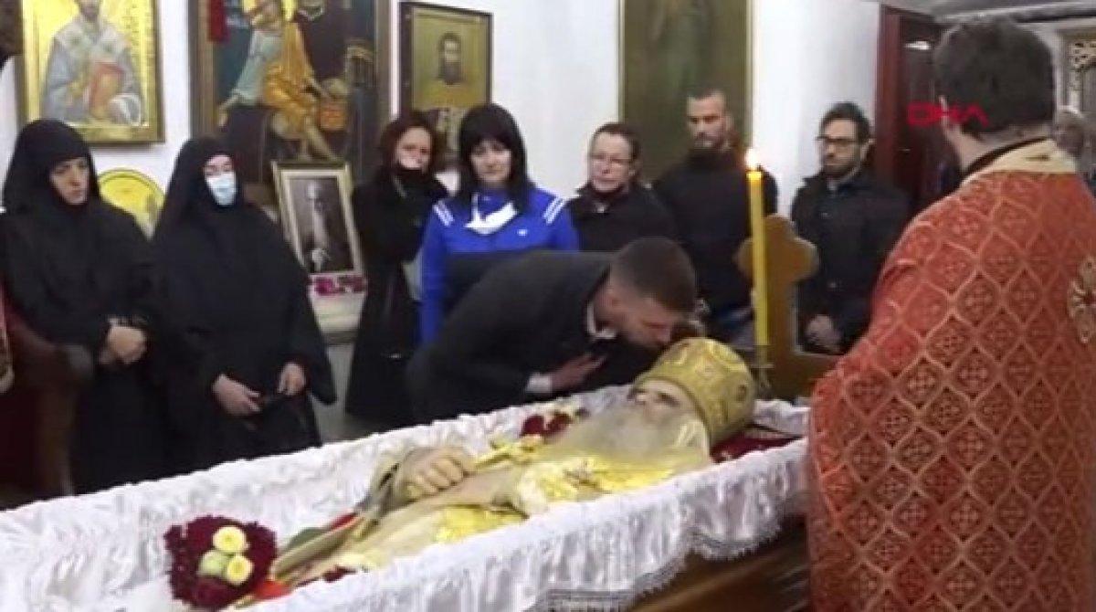 Karadağ da koronavirüsten ölen başpiskopos öpülerek uğurlandı #2