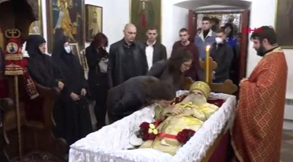 Karadağ da koronavirüsten ölen başpiskopos öpülerek uğurlandı #3