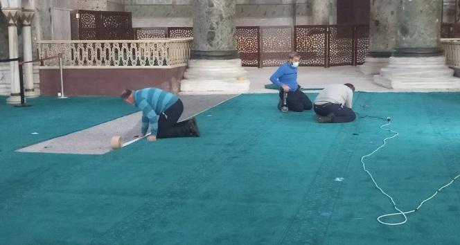 Ayasofya'da dev iskelenin kaldırıldığı yere halı serildi