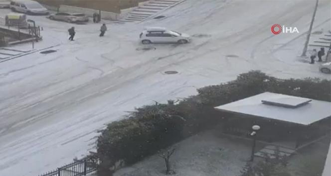 Başkent'te yağan kar sokakları buz pateni pistine çevirdi