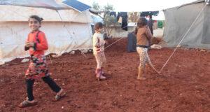 İdlib'de mülteci kampındaki çocuklar zor şartlar altında yaşıyor