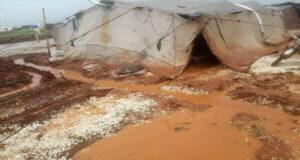 İdlib kırsalındaki kamplar sular altında kaldı