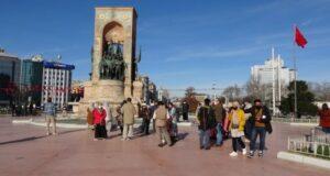 Güzel havayı fırsat bilen turistler Taksim Meydanı'na akın etti