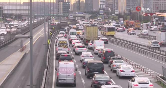 İstanbul'da haftanın son gününde trafik yoğunluğu
