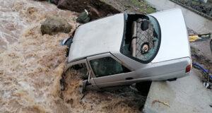İzmir'de park halindeki araç sel sularına teslim oldu