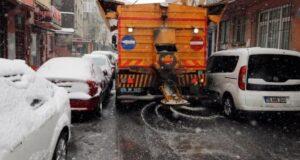 Kağıthane'de karla mücadele 24 saat sürüyor