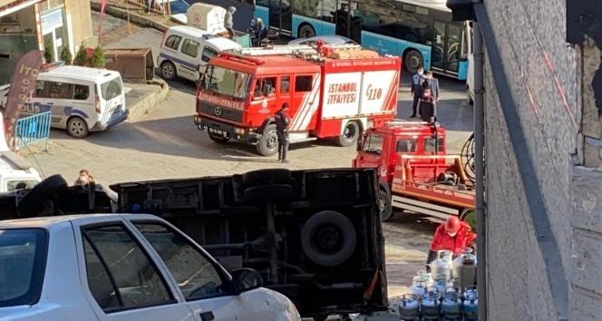 Kamyonet devrildi, gaz dolu tüpler sokağa saçıldı