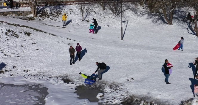 Kızağıyla donmuş göle hızla giden çocuğu muhabir son anda kurtardı