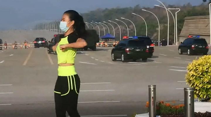 Myanmar'da bir kadın, aerobik videosu çekerken tesadüfen darbeyi kaydetti
