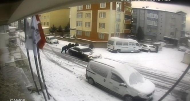 Park halindeyken kayan lüks otomobili durdurmak için mahalleli seferber oldu