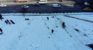 TEM bağlantı yolu kenarında çocukların karda tehlikeli oyunu
