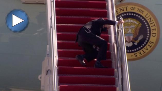 ABD Başkanı Joe Biden uçağa binerken merdivenlerde 3 kez düştü