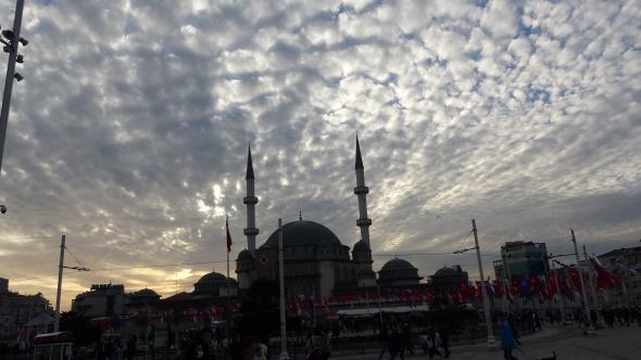 İstanbul'da bulutların oluşturduğu manzara mest etti