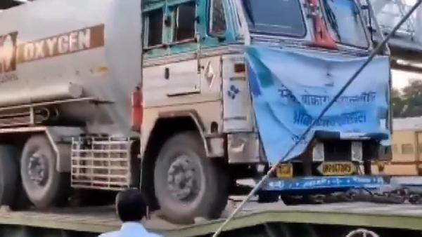 Hindistan'da büyük kriz: Oksijen tankları trenlerle taşınıyor, hastalar beklerken bir bir ölüyor