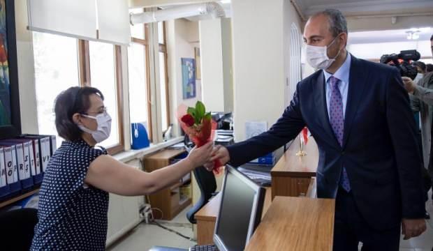 Bakan Gül Noterler Günü'nü kutladı, çalışanlara çiçek verdi