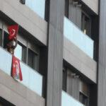 kadikoy-de-saat-19-19-da-istiklal-marsi-balkonlardan-okundu
