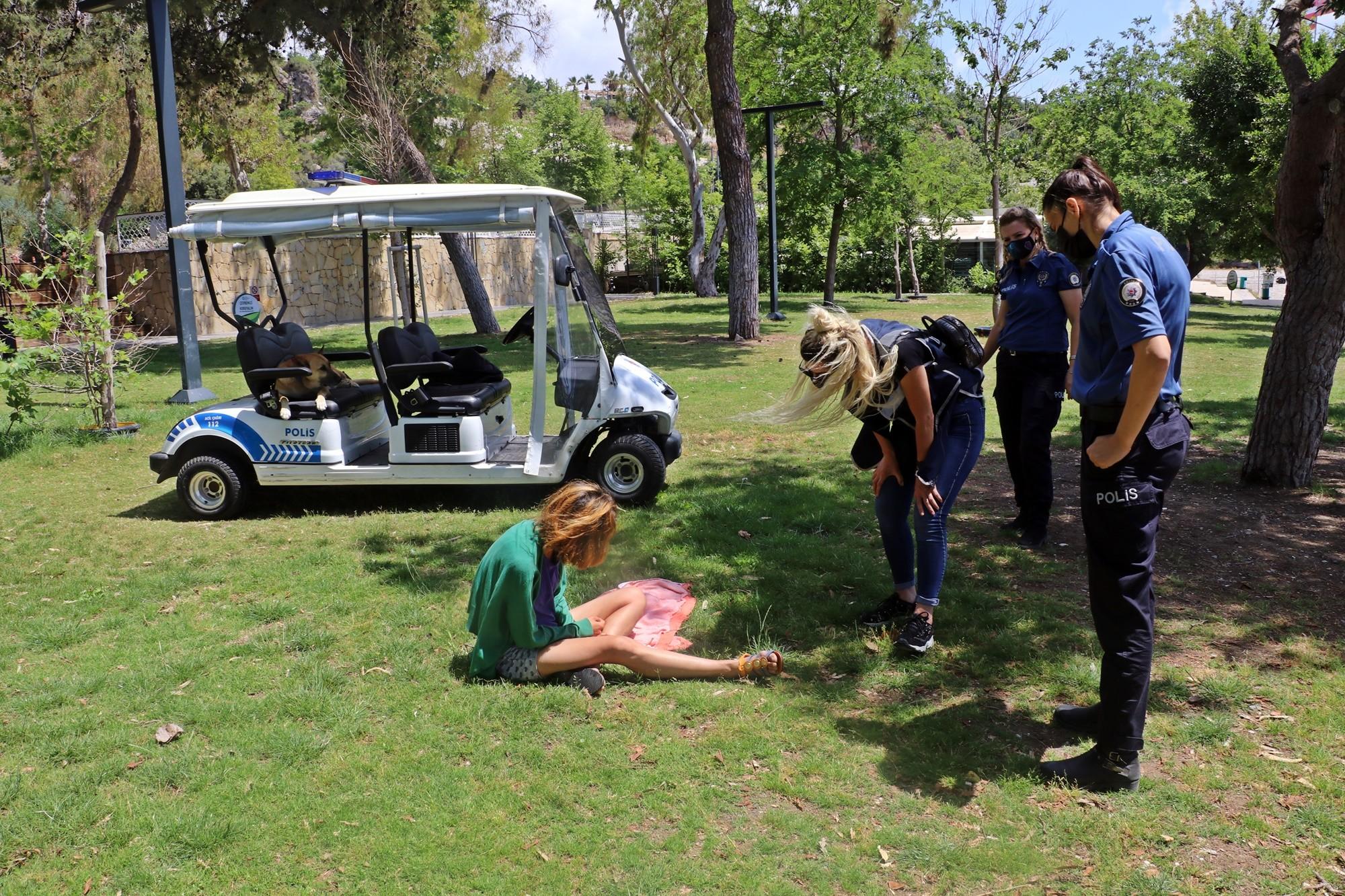 Polis sahilde derin uykuya dalan kadını uyandırmak için uzun süre uğraştı