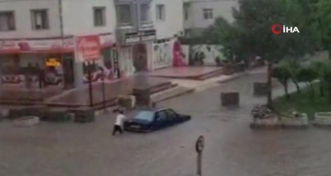 Başkent'te otomobiller sel suları içinde kaldı