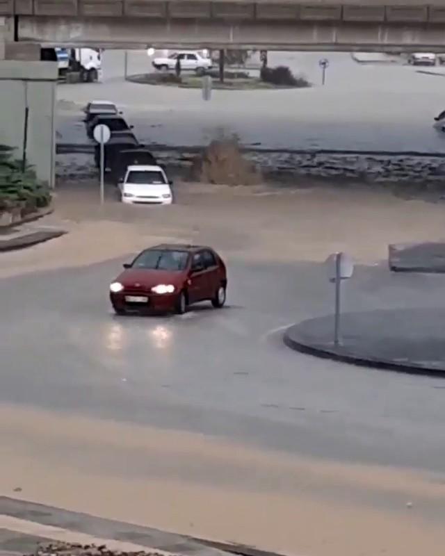 Başkent'te sağanak yağmurda bazı binaları su bastı