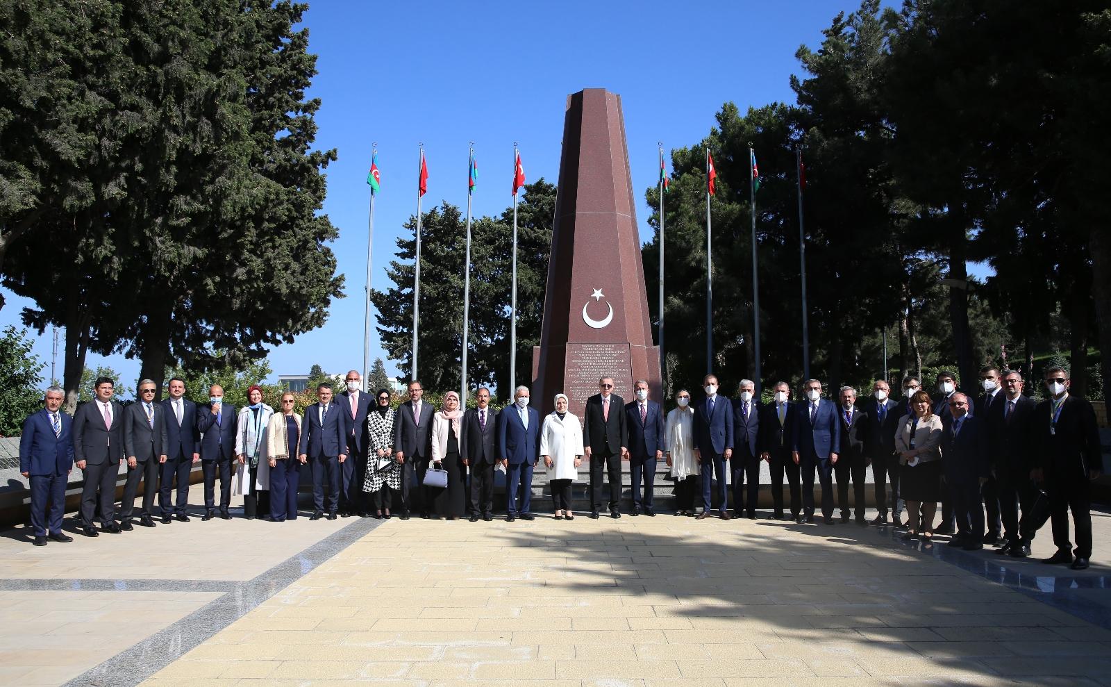 Cumhurbaşkanı Erdoğan, Bakü'de Türk Şehitliğini ziyaret etti