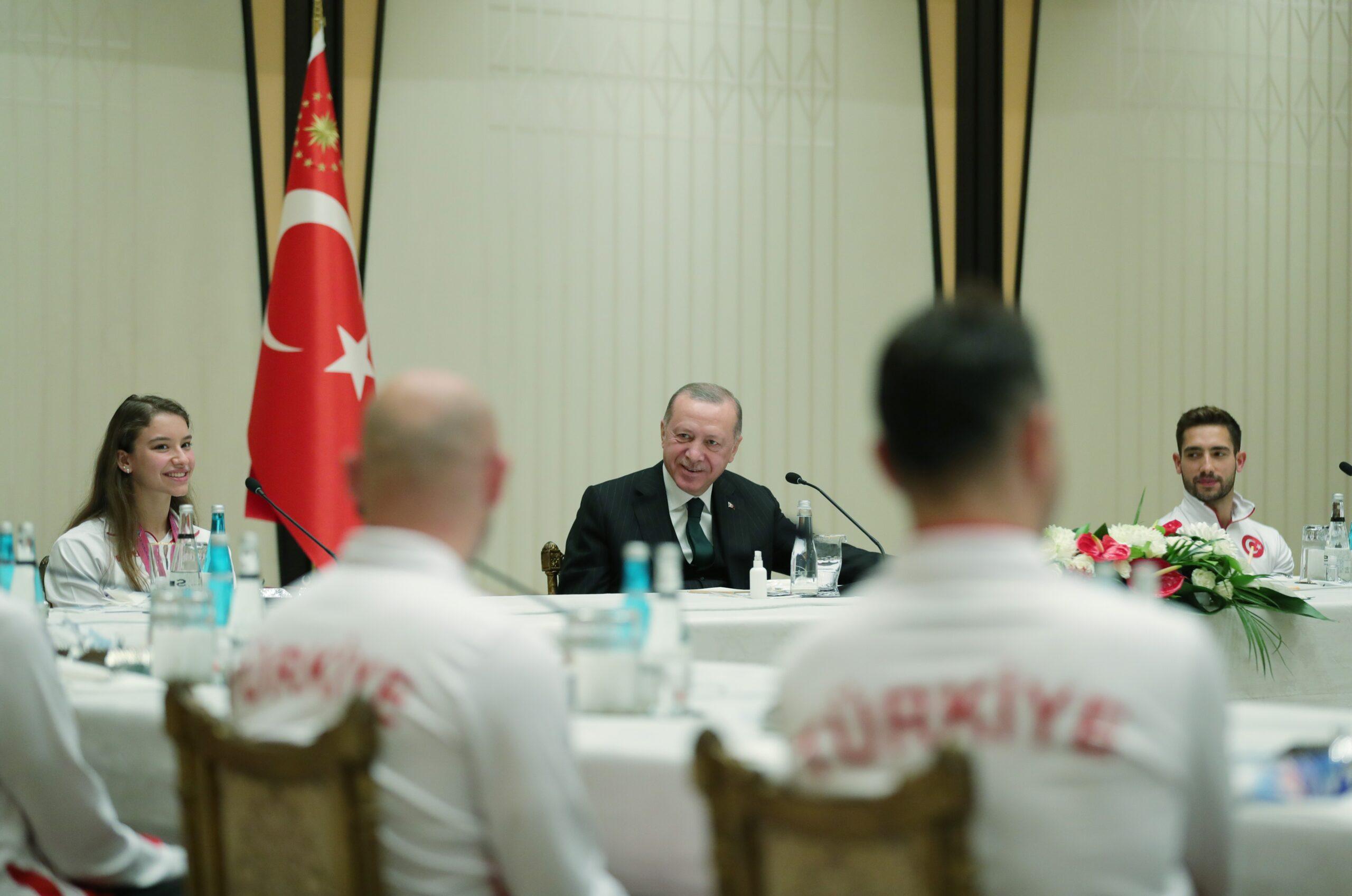 cumhurbaskani-erdogan-milli-sporculari-kabul-etti-60b7cc22e6176