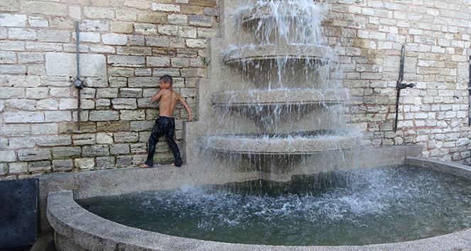 Taksim'de çocukların süs havuzunda tehlikeli oyunu