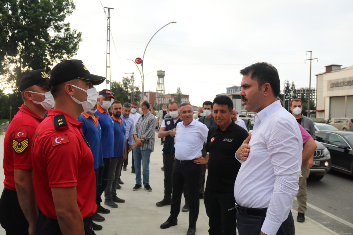 Bakan Kurum, selde kaybolan vatandaşları arayan ekipleri ziyaret etti