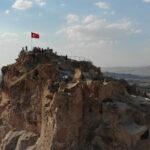 kapadokya-nin-simgelerinden-uchisar-kalesi-yeniden-ziyarete-acildi