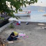 uyarilari-dikkate-almayan-turistler-sahilde-uyuyor