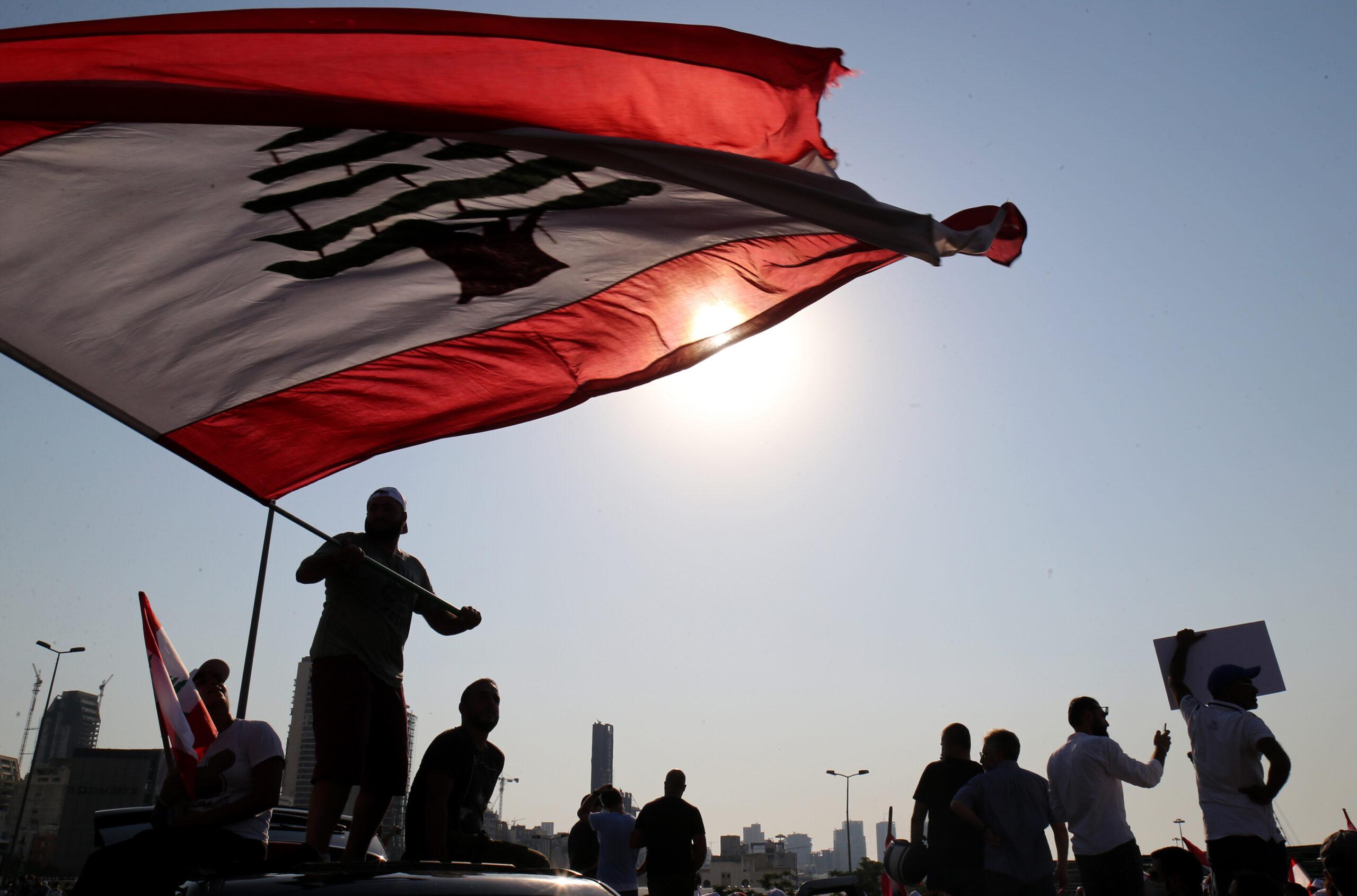 Beyrut'taki patlamanın yıldönümünde binlerce Lübnanlı sokaklara döküldü