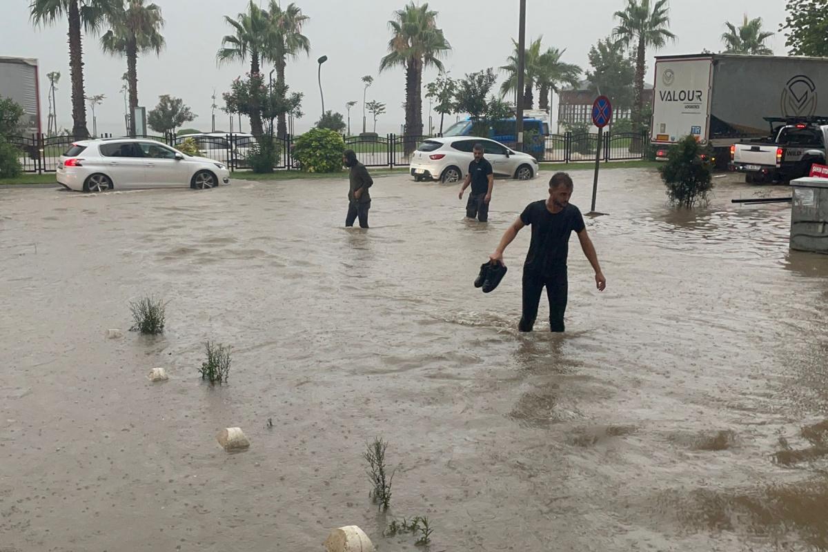 Ordu'da sel: Karadeniz Sahil Yolu ulaşıma kapandı, iş yerlerini su bastı
