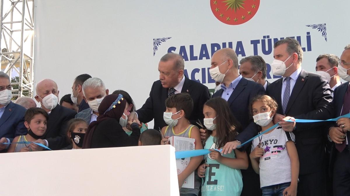 Cumhurbaşkanı Erdoğan'ın yanına geçebilmek için göz yaşlarını tutamadı