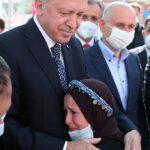 cumhurbaskani-erdogan-in-yanina-gecebilmek-icin-goz-yaslarini-tutamadi-6133c92db8669