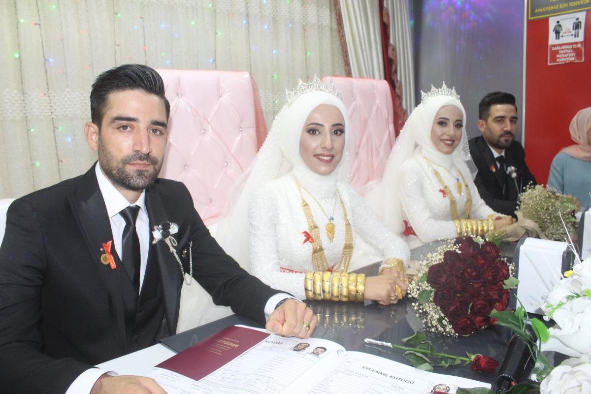 İkiz erkek kardeş, ikiz kız kardeş ile aynı düğünde evlendi