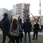 izmir-depreminde-11-kisinin-oldugu-yan-yatan-binanin-kolonlari-ayni-yone-bakiyormus
