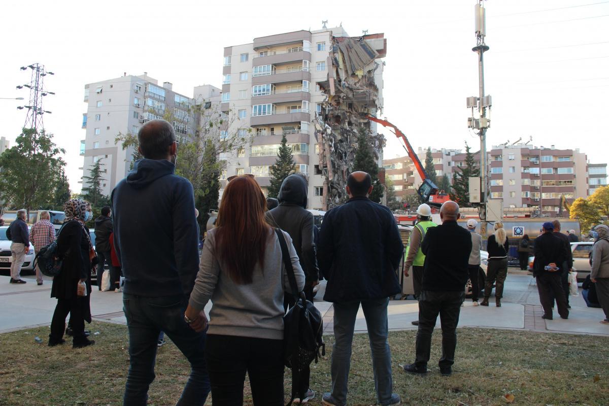 İzmir depreminde 11 kişinin öldüğü yan yatan binanın kolonları aynı yöne bakıyormuş